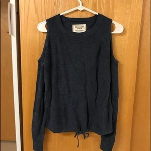 Sweater with open shoulders
